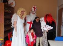 Naproti rodinám přišel Mikuláš s andělem i čertem